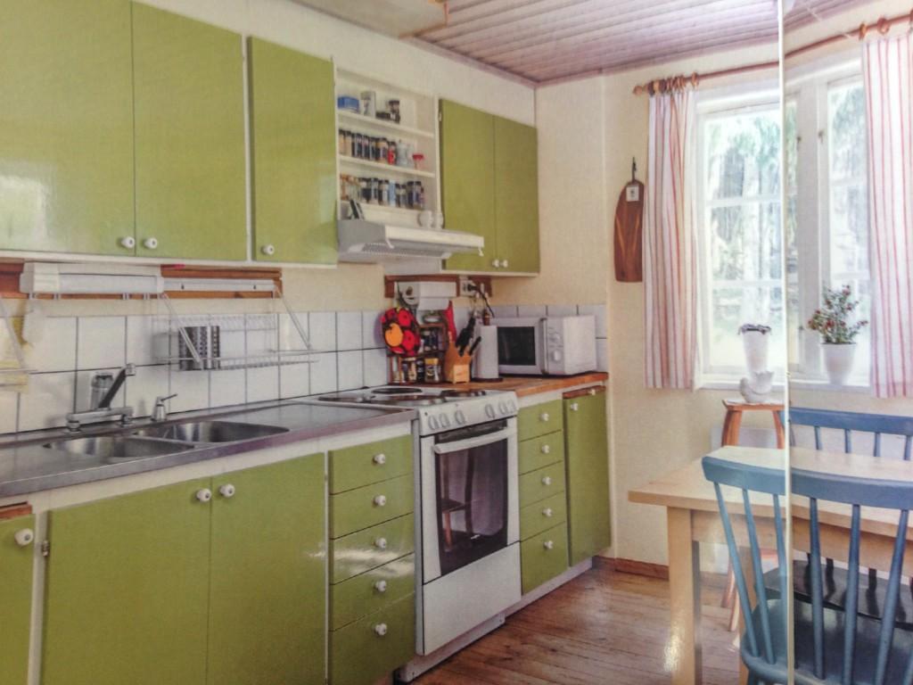 Køkkenet er faktisk pænt stort og funktionelt, men mon ikke vi finder på at ændre det lidt