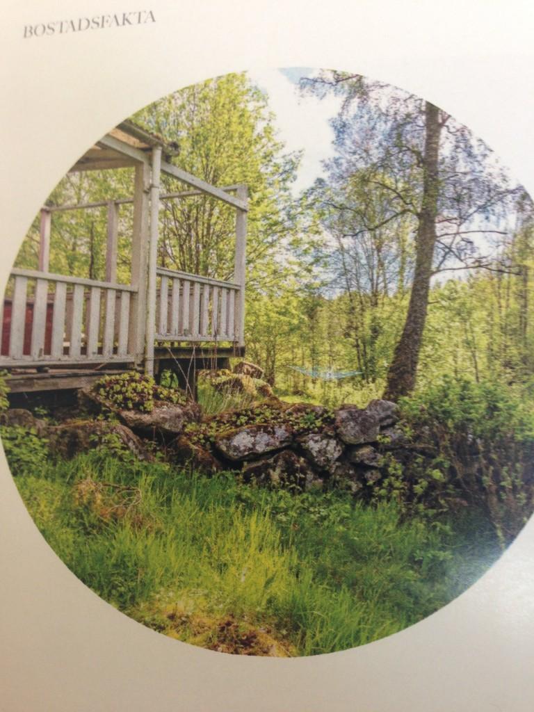 Der går et gammelt dige igennem grunden, som skaber en skøn svensk atmosfære