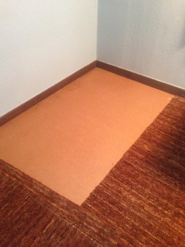 Vi har talt en del om at lave noget andet gulv end tykke gulvtæpper, og da jeg forsøgte at fjerne gulvtæppet, var der spåndplader under. min nysgerrighed er nogle gange til det gode, og da jeg pillede en plade af, fandt vi et masivt råt trægulv under pladerne :-)